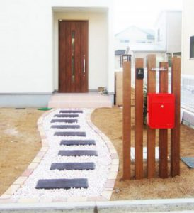 『自由設計の家』の門柱とアプローチ