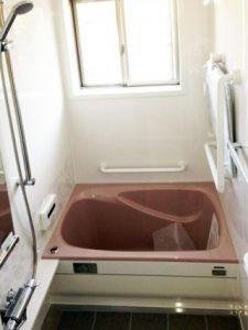 浴室の中にユニットバスを組み立て